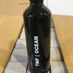 בקבוק מים שחור ממותג